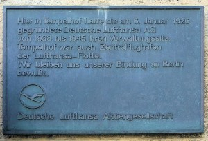 Gedenktafel Deutsche Lufthansa AG, Platz der Luftbrücke 5, Fotograf: OTFW, 10.06.2009. Quelle: By OTFW, Berlin (Own work) [GFDL (http://www.gnu.org/copyleft/fdl.html) or CC-BY-SA-3.0-2.5-2.0-1.0 (http://creativecommons.org/licenses/by-sa/3.0)], via Wikimedia Commons, http://commons.wikimedia.org/wiki/File:Platz_der_Luftbr%C3%BCcke_5_%28Templ%29_Deutsche_Lufthansa.JPG