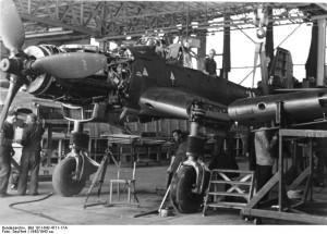 Montagehalle zur Fertigung von JU-87 (Reichsgebiet 1942), Fotograf: Seuffert Quelle: Bundesarchiv, Bild 101I-642-4711-17A / Seuffert / CC-BY-SA, http://en.wikipedia.org/wiki/File:Bundesarchiv_Bild_101I-642-4711-17A,_Produktion_von_Junkers_Ju_87.jpg
