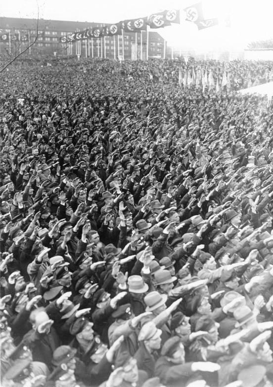 Der 1. Mai 1935 mit über 1 Millionen Nationalsozialisten auf dem Tempelhofer Feld. Quelle: Bundesarchiv, Bild 102-04481B / CC-BY-SA, http://commons.wikimedia.org/wiki/File:Bundesarchiv_Bild_102-04481B,_Berlin,_Maifeier_auf_dem_Tempelhofer_Feld.jpg