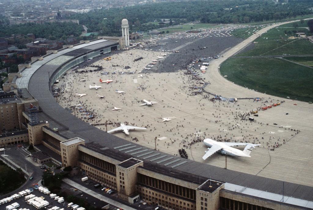 Luftaufnahme vom Flughafen Berlin-Tempelhof am Tag der offenen Tür 1984 (TSGT Jose Lopez Jr., US Air Force. Public Domain, 11.5.1984,)