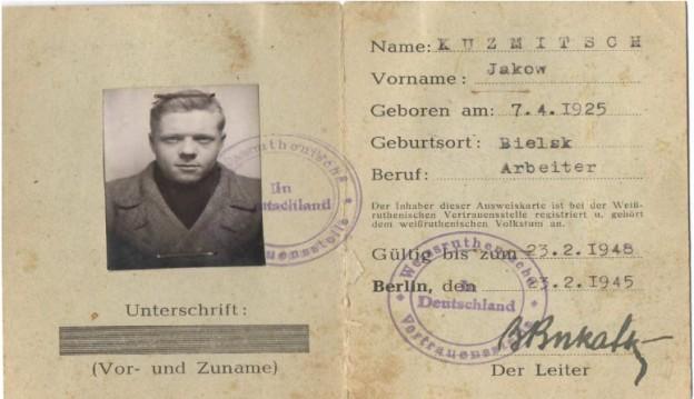 Der gefälschte Ausweis von Gavil P. Tkalisch. Er wurde am 7. April 1923 in der ukrainischen Kleinstadt Tschernobai geboren und war seit Oktober 1942 Insasse des kirchlichen Zwangsarbeiterlagers in Neukölln. Im Jahr 1943 konnte er aus dem Lager fliehen und gelangte durch die Hilfe eines legal in Berlin lebenden Russen an gefälschte Papiere. Vermutlich berechtigten ihn diese, legal in Deutschland zu arbeiten.Quelle: Familienarchiv von W. G. Tkalitsch