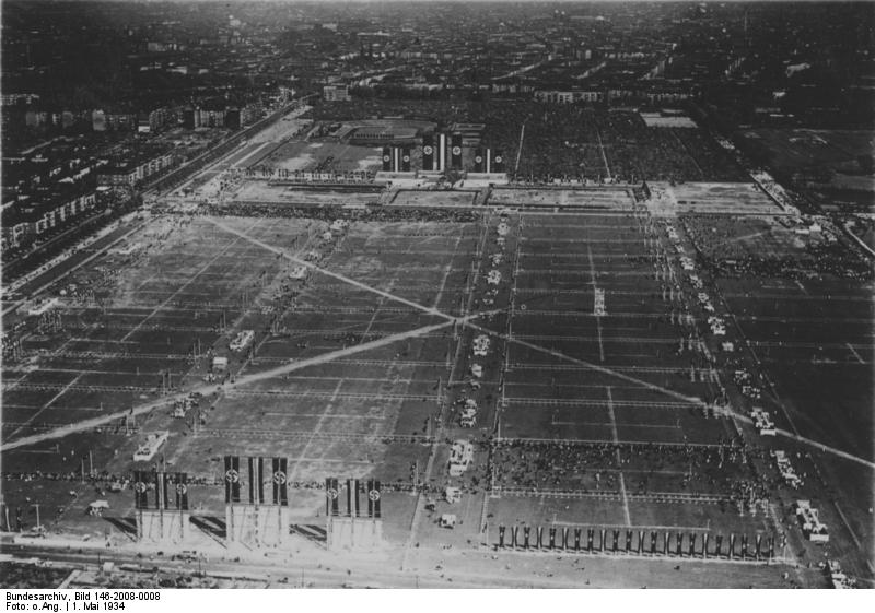 Berlin, Tempelhofer Feld (Quelle: Bundesarchiv, Bild 146-2008-0008 / CC-BY-SA, http://commons.wikimedia.org/wiki/File:Bundesarchiv_Bild_146-2008-0008,_Berlin,_Tempelhofer_Feld.jpg)