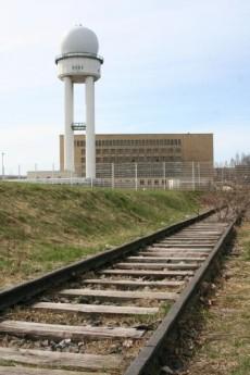 Die beiden Enden der Eisenbahnlinie sind links und rechts neben der Haupthalle des Flughafens gelegen.