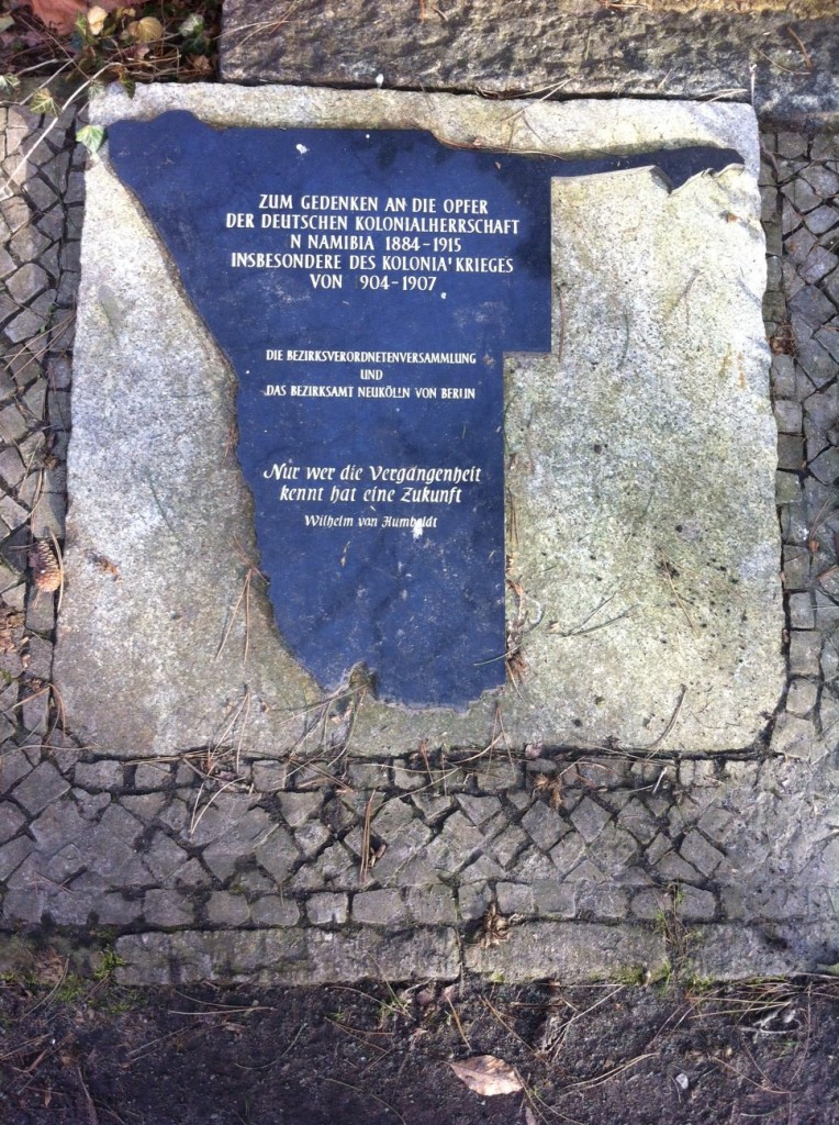 Platte zum Gedenken an die von Deutschen während der Kolonisierung ermordeten Herero und Nama, 2009 verlegt