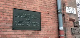 Gedenktafel der Bezirksverordnetenversammlung, die fälschlicherweise am Gebäude Werner-Voßdamm 62 angebracht wurde. (Foto: Malte Lührs)